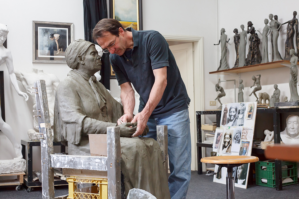 Frank Rekrut sculpting Harriet Tubman by Dorin Vasilescu