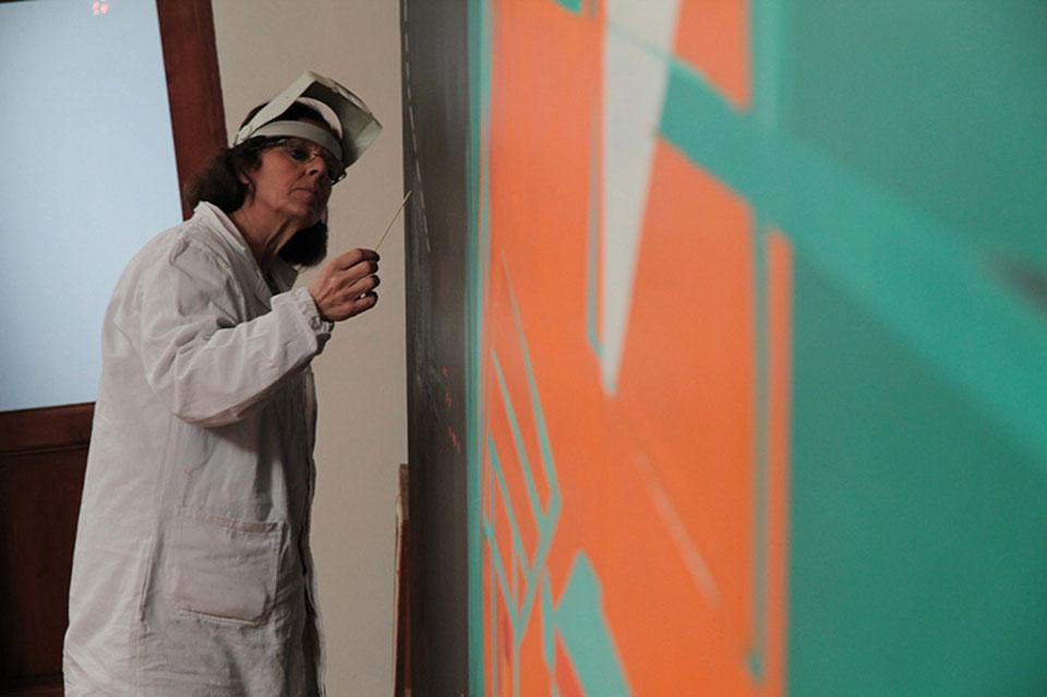 La restauratrice Rossella Lari al lavoro su Camion di Titina Maselli