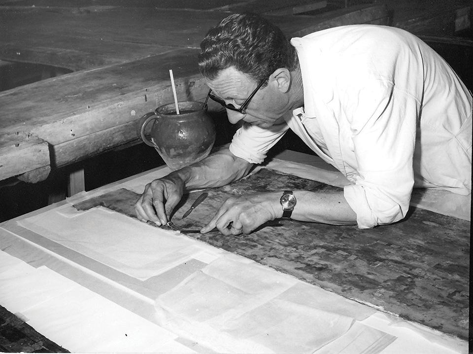 Il restauratore Vittorio Granchi durante i giorni dell'alluvione del 1966,  mentre opera sul Crocifisso del Cimabue nella Limonaia di Boboli. Credits Archivio Studio Granchi Firenze